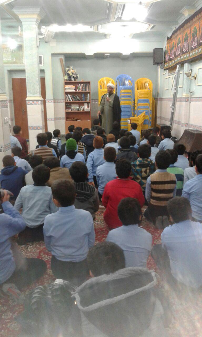 تصاویری ازحضور دانش آموزان آموزشگاه فرهیختگان مهدیشهر در نماز جماعت دارالقرآن